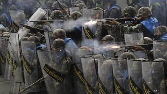Sicherheitskräfte treffen auf Konvoi von 2000 Rothemden