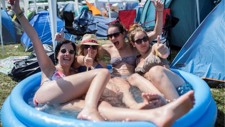 Gäste kühlen sich in einem Pool ab.