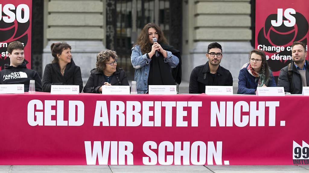 Am 26. September 2021 kommt an die Urne, was am 4. Oktober 2017 lanciert wurde. Die Berner SP-Nationalrätin Tamara Funiciello (stehend), damals noch Präsidentin der Juso Schweiz, anlässlich der Lancierung der «99 Prozent-Initiative» auf dem Bundesplatz in Bern. (Archivbild)