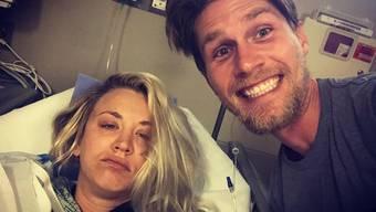 """Die """"Big Bang Theory""""-Darstellerin Kaley Cuoco und ihr frisch angetrauter Gatte Karl Cook verbringen ihren Honeymoon im Spital: Die Braut musste sich die Schulter operieren lassen. (Instagram)"""