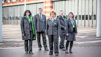 Das Namensschildchen dürfen sie abnehmen: BVB-Mitarbeitende bei der Präsentation der neuen Uniformen 2015.