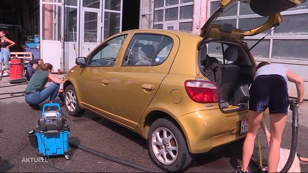 Gymnasiasten putzen Autos