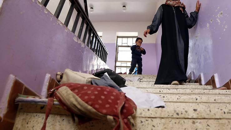 Nach einem Luftangriff in der Nähe einer Schule in Sanaa suchen ein Mädchen und sein Bruder im Schulhaus nach ihren Schulsachen. (Archivbild)