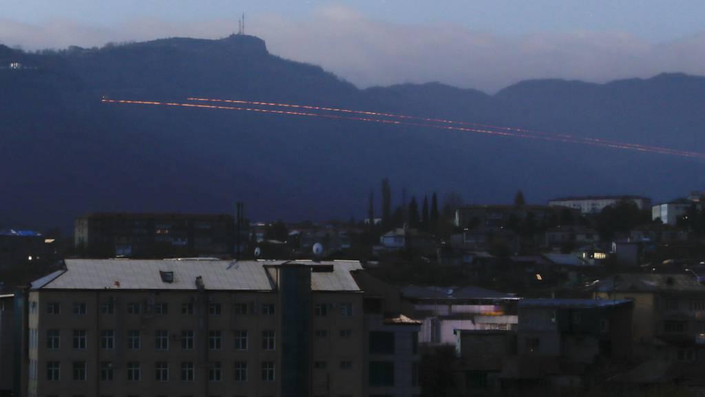 Spuren von Leuchtspurgeschossen sind während der Kämpfe zwischen armenischen und aserbaidschanischen Streitkräften in der Nähe von Schuschi, außerhalb von Stepanakert, der separatistischen Region Berg-Karabach zu sehen. Foto:
