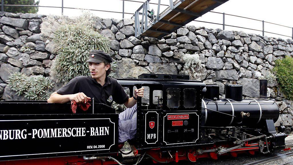 Eine 5-Jährige ist in Stein am Rhein von einer Liliputbahn angefahren worden. Im Bild eine vergleichbare Miniaturbahn an einem Dampf-Festival am Genfersee. (Archivbild)