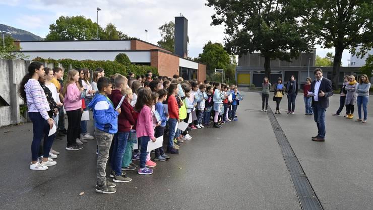 Stadtpräsident François Scheidegger begrüsst die Kinder und gratuliert ihnen zum Erfolg.