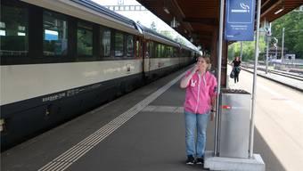 Tamara Gerber raucht beim Warten auf den Zug auf dem Perron in Rheinfelden gerne eine Zigarette. Seit dem 23.Juli ist dies nur noch in den ausgeschilderten Raucherbereichen gestattet. Bild: Dennis Kalt