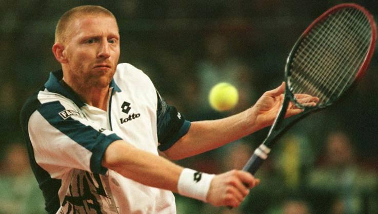 Insgesamt gewann Becker 49 Turniere im Einzel – darunter sechs Grand-Slam-Turniere, davon dreimal das Turnier von Wimbledon – sowie 15 Titel im Doppel. Diese Aufnahme stammt vom Oktober 1996.