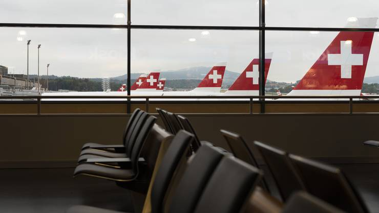 Am Flughafen Zürich stehen zahlreiche Swiss-Maschinen unbenutzt am Boden. Die Flugkapazitäten wurden um 80 Prozent heruntergefahren.