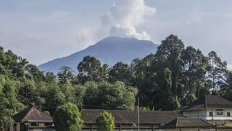 Der Vulkan Agung stiess Rauch- und Aschewolken aus, die mehr als tausend Meter hoch stiegen. (Archivbild)