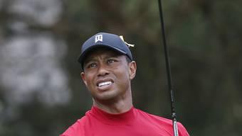 Tiger Woods im roten Leibchen, seinem Tenü für die Schlussrunde