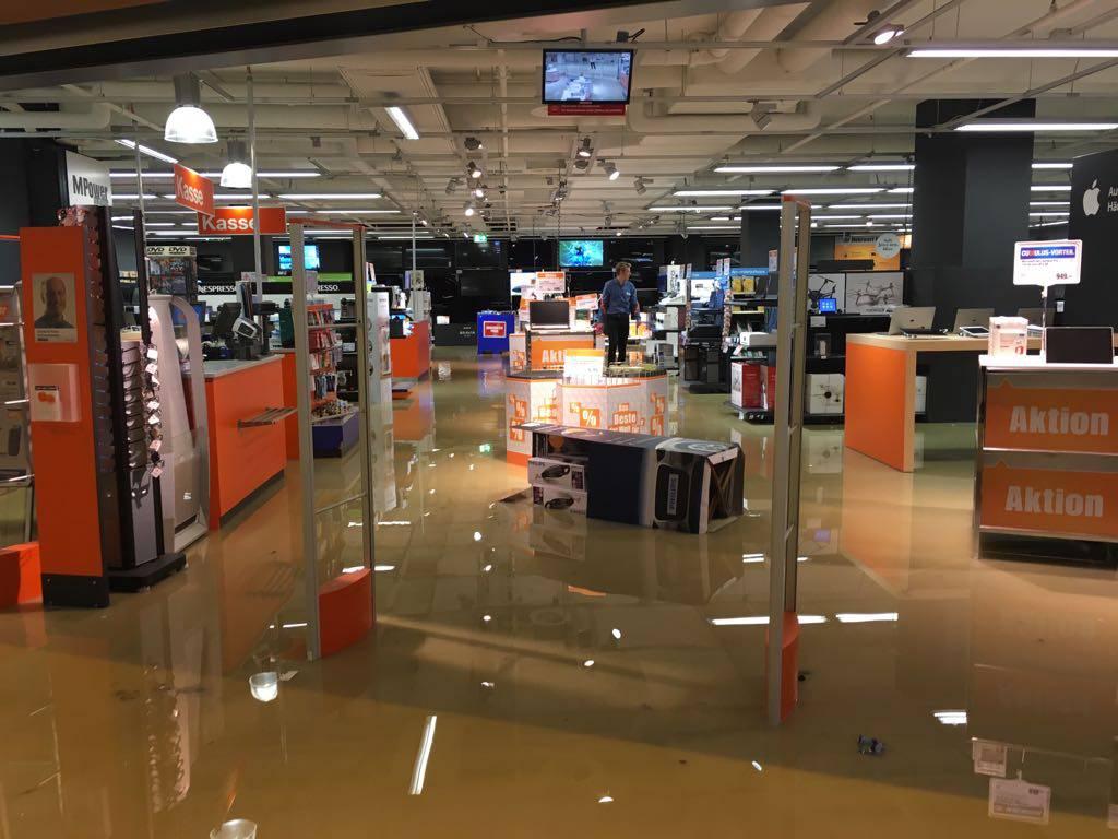 Das Einkaufszentrum Rheinpark in St.Margrethen steht unter Wasser.