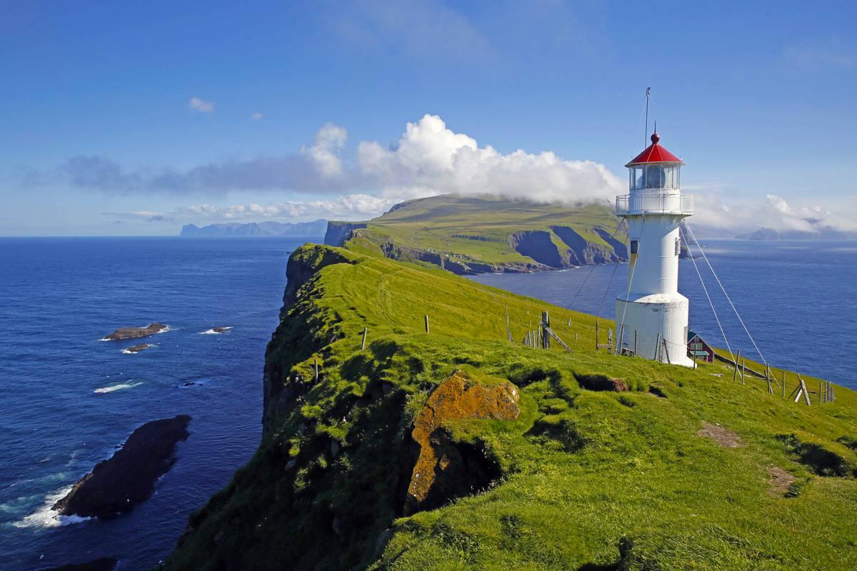 Der Leuchtturm auf der Insel Mykineshólmur ist ein absolutes Highlight und auf jeden Fall eine kleine Wanderung wert. (© Corrado Filipponi)