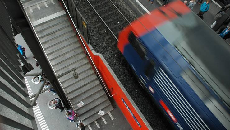 Ein Mann verunfallte am Bahnhof Hardbrücke. (Symbolbild)