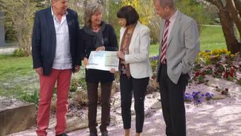 Übergabe des Checks (von links): Christoph Heule (Präsident Insieme), Uschi Steiner (Leiterin Geschäftsstelle Insieme), Rita Brühlmann (Grand Casino Baden AG) und Rolf Meier (Geschäftsleiter Arwo). DM