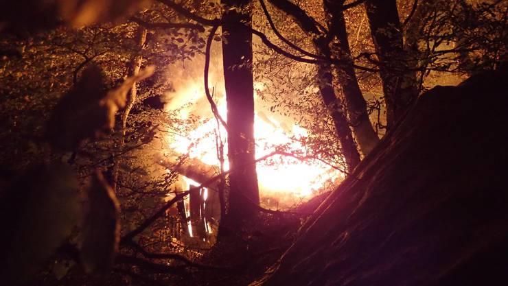 In der Nacht auf Freitag ist in Laufen eine Holzhütte niedergebrannt.