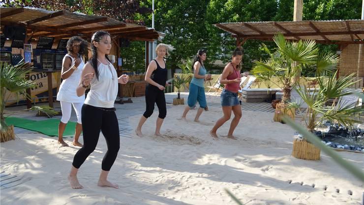 Tanzlehrerin Silvia Santoro (vorne) tanzte mit den Teilnehmerinnen beim Ladies-Workshop auf dem Sand – keine einfache Sache, wie sie sagt.