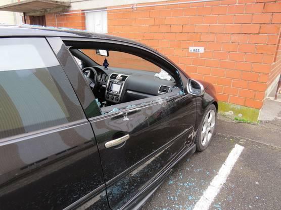 Und beschädigten Seitenspiegel und Carrosserie.