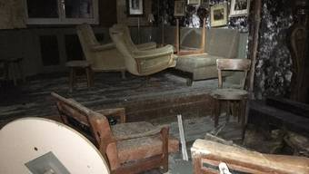 Verschimmelte Wände, zerstörtes Mobiliar, aufgeweichte Böden – so sieht es im «Grenzwert» nach dem Brand aus. Im Bild: das Fumoir. (zvg)