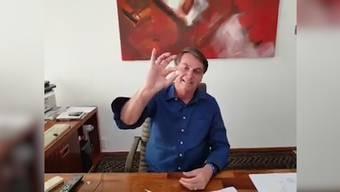 In einem Video nimmt Bolsonaro eine Pille ein. Es handle sich dabei um Hydroxychloroquin.