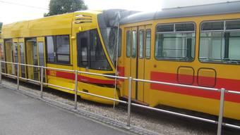 In Oberwil fahren zwei Trams aufeinander auf