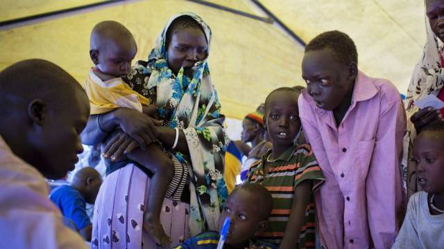 Geflohene Mütter und Kinder in einem UNICEF-Zelt im Südsudan