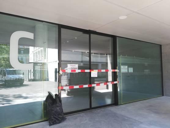 Kein Durchgang: Während der Sommerferien wird der Boden im Neubau des BBZ in der Solothurner Vorstadt neu imprägniert.
