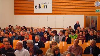 Hörten genau zu: Rund 150 Eiker kamen, um zu erfahren, was in Eiken los ist. Unter den Zuhörern auch Gemeindeammann Peter Balzer (mit Krawatte). TWE