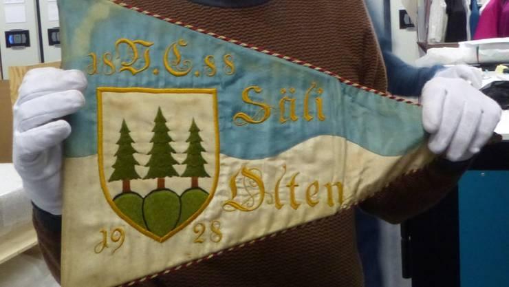 Eine Fahne mit dem Stadtwappen wird vorsichtig aus ihrem Lager entnommen und präsentiert…