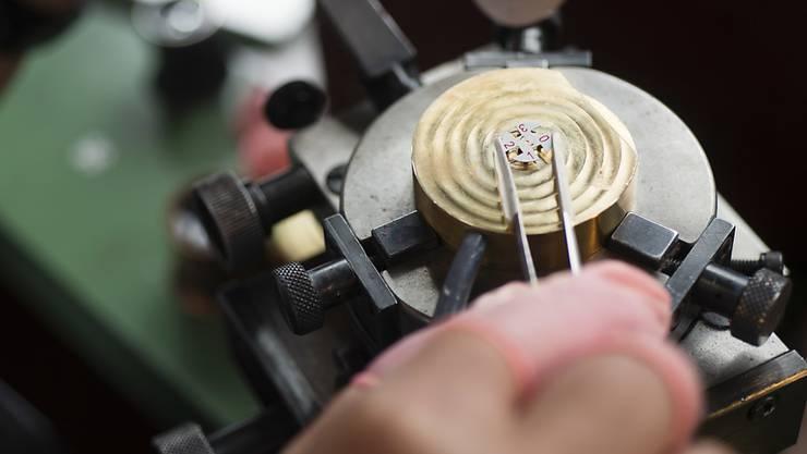 Ein Angestellter eines Uhrenherstellers bei der Arbeit. (Archiv)