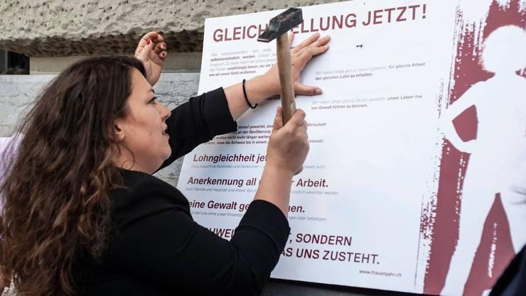 Tamara Funiciello bringt das Manifest am Bundeshaus an.