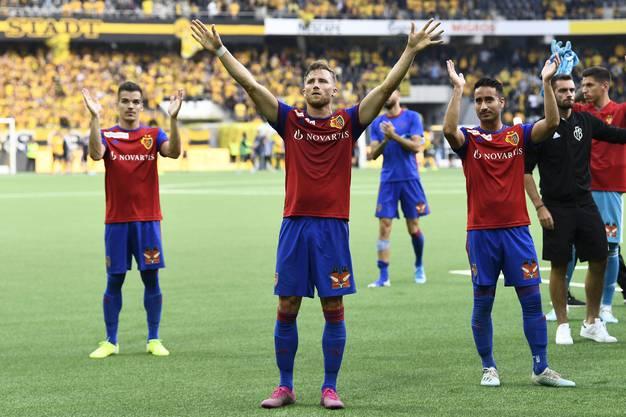 Silvan Widmer (M.) bleibt der einzige FCB-Torschütze des Spiels und lässt sich nach dem Spiel gebührend dafür feiern.