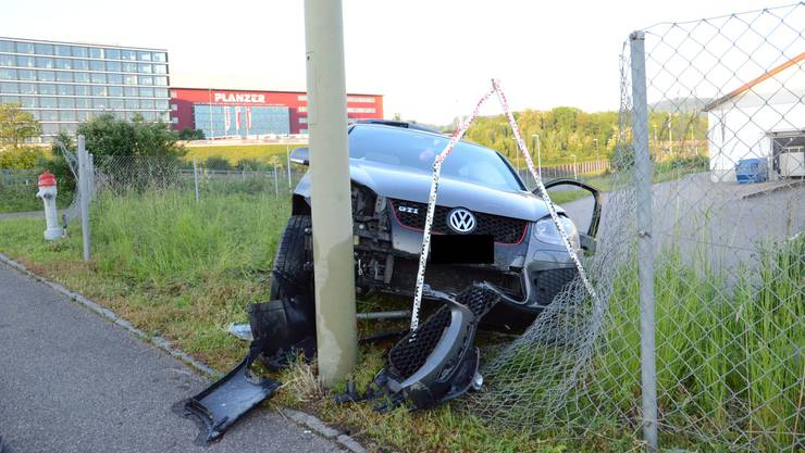 Das Fahrzeug der Autolenkerin durchschlug einen Zaun und kam im Wiesenbord zum Stillstand.