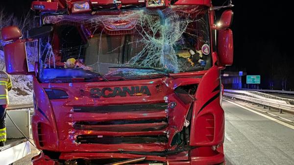 Auffahrunfall zwischen zwei Lastwagen – hoher Sachschaden