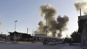 Nach Luftangriffen der syrischen Armee steigt über der Stadt Duma in Ost-Ghuta Rauch auf. Die Armee soll bei den Angriffen, die Dutzende Tote forderten, erneut Chemiewaffen eingesetzt haben.