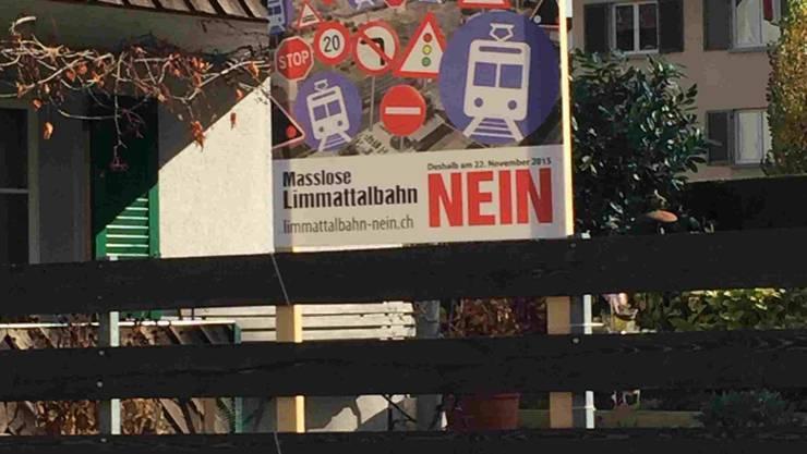 Werden im Limmattal bald wieder solche Plakate aufgehängt? Die Bahngegner wollen eine neue Abstimmung erwirken