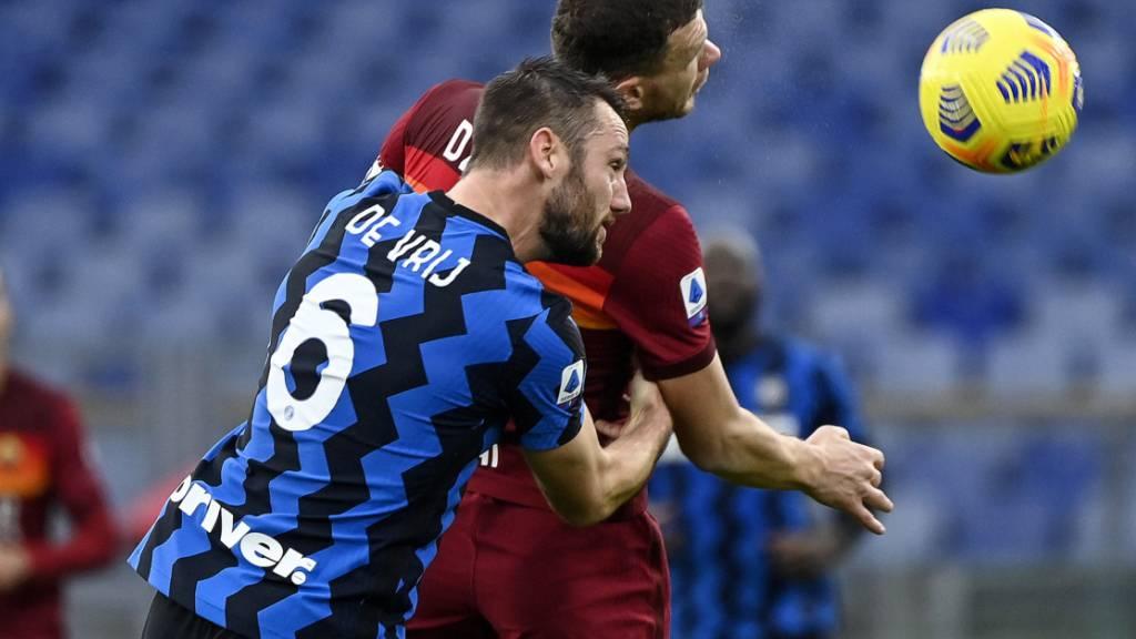 Ein ausgeglichenes Duell: AS Roma (Edin Dzeko/hinten) und Inter Mailand (Stefan de Vrij) trennen sich 2:2