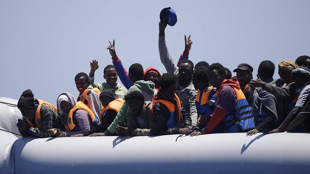Der Zahl von Flüchtlingen, die über das Mittelmeer nach Europa zu gelangen versuchen, nimmt nicht ab. Erneut wurden rund 1800 Menschen gerettet. Es wurden aber auch die Leichen von mindestens 13 Menschen geborgen. (Symbolbild)