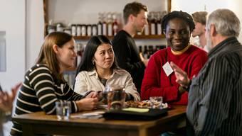 Die Welt zu Gast in Wislikofen: Die Schweizerin Fiona Maager (von links), Xin Cheng aus China, Ivo Kashimana aus Nigeria und der Böbiker alt Ammann Heinz Schwitter diskutieren in der Propstei über die Grossfusion zur Gemeinde Zurzach.