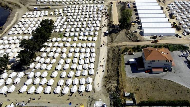 Fachleute aus der Schweiz halfen, um den Zugang zu Trinkwasser für Flüchtlinge auf Lesbos wiederherzustellen.