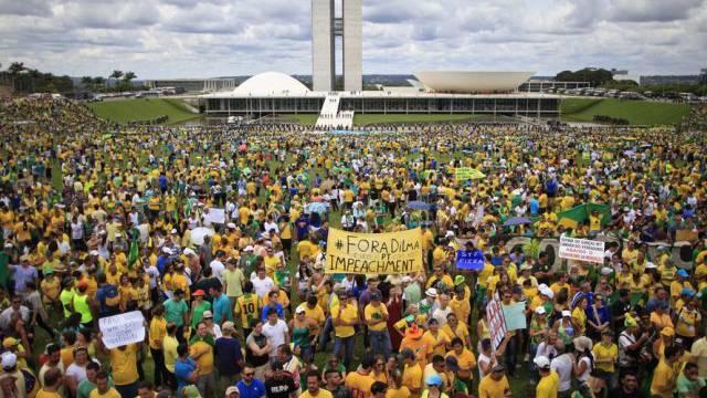 Zehntausende Menschen protestieren in Brasilia gegen Rousseff