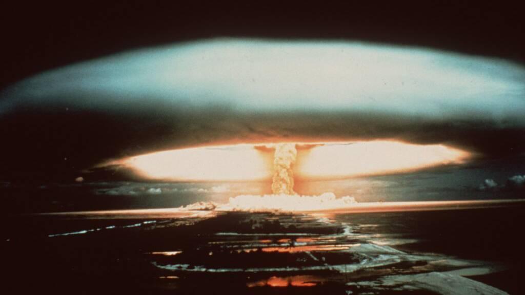 ARCHIV - Nach der Explosion einer französischen Atombombe 1971 schwebt dieser riesige Atompilz über dem Mururoa-Atoll. Foto: -/dpa