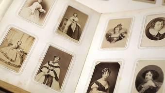 """Ein Schönheitsalbum der österreichischen Kaiserin """"Sisi"""" liegt aufgeschlagen in einer Vitrine. Foto: Oliver Berg/dpa - ACHTUNG: Nur zur redaktionellen Verwendung im Zusammenhang mit einer Berichterstattung über die Ausstellung und nur mit vollständiger Nennung des vorstehenden Credits und nur im vollen Format."""