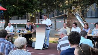 So geht Sommer: Der Bergdietiker Gemeindeammann Ralf Dörig eröffnete die Gemeindeversammlung auf dem Sportplatz.