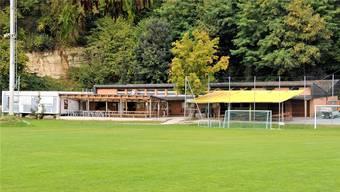 «Schief und marode» – Das Garderobengebäude des FC Küttigen verlottert zusehends und ist zu klein.
