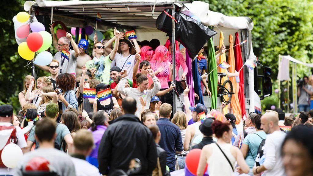 3000 Menschen feierten an der Pride-Parade der Westschweiz in Freiburg und machten gleichzeitig auf ihre Anliegen aufmerksam.