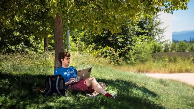 Mitarbeiter mit Laptop auf dem Dach des Facebook-Campus im Silicon Valley. Foto: Patrick Züst