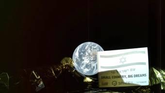 """Selfie aus dem Weltall: Bild der israelischen Raumsonde """"Beresheet"""" mit einem Teil der Sonde und der Erde im Hintergrund."""