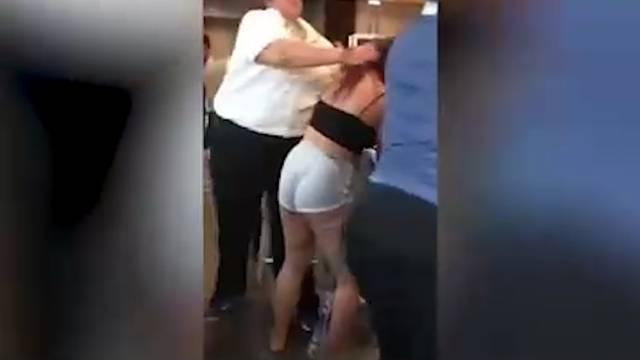 McDonald's-Angestellte verprügelt Kundin