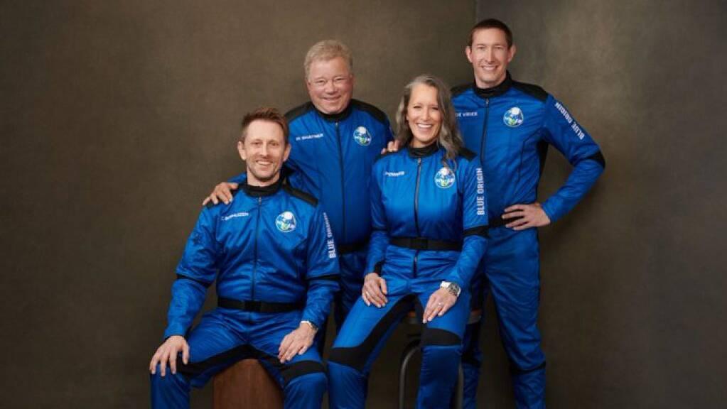 Die Besatzung der NS18, die heute Nachmittag für zehn Minuten bis an die Grenze des Weltalls fliegt. Der Zweite von links ist der mittlerweile 90 Jahre alte William Shatner alias Captain Kirk (Pressefoto)